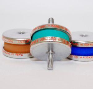Getzner Werkstoffe stellt einen neuen, einfachen und universell einsetzbaren Vibrationsdämpfer vor. Der Isotop Compact hebe sich von anderen Gummi-Metall-Produkten speziell durch den Isolationsgrad und die nachgewiesene Langlebigkeit der Werkstoffe ab.