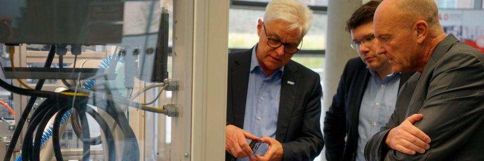 Diskussion über Industrie 4.0 in der Smart Factory Kaiserslautern: das Internet der Dinge ist mehr als nur Fabrikautomation.