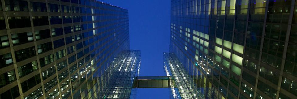 Das IBM Watson IoT Center in München ragt mit zwei Türmen in den bajuwarischen Himmel.