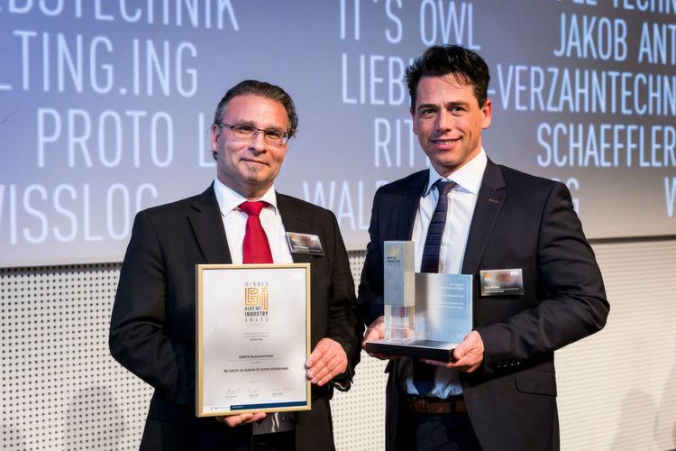 """Gewinner in der Kategorie """"Betriebstechnik"""": SERAPID Deutschland GmbH – Hubkette LinkLift. Roman Wildenauer (links) und Klaus"""