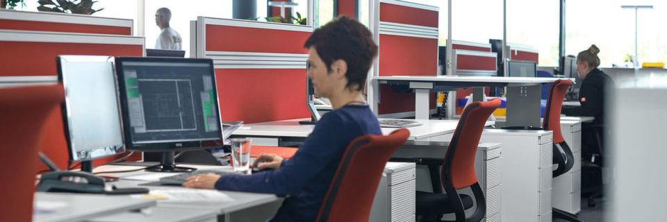 so sieht der ergonomische cad arbeitsplatz aus. Black Bedroom Furniture Sets. Home Design Ideas