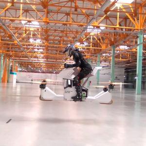 Das Hoverbike Scorpion 3: Der Quadrocopter mit Motorradsitz wird von vier Elektromotoren angetrieben.