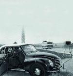 """Immer wieder waren sie der blanken Wut der Temposünder ausgesetzt: Radarfallen wurden beschossen, angezündet, abgesägt, mit Farbe besprüht und mit Klebeband umwickelt. Vor 60 Jahren wurde erstmals in Deutschland ein Radargerät getestet, das allzu flotte Autofahrer gerichtsfest überführen sollte. 1956 war der Prototyp VRG 1 der Firma Telefunken auf der Internationalen Polizeiausstellung in Essen vorgestellt worden. Nach ersten Feldversuchen mit dem Gerät 1957 in Düsseldorf, Hamburg und Ulm, trat die """"Radarfalle"""" als Weiterentwicklung VRG 2 ihren Siegeszug an. Zuvor war die Zahl der jährlichen Verkehrstoten in der noch jungen Bundesrepublik trotz des relativ geringen Verkehrsaufkommens auf erschreckende 13.000 in die Höhe geschnellt. Mit Blitzlicht konnten nun sogar in der Nacht Temposünder erwischt werden. Die Zeitungen feierten die neue """"Wunderwaffe"""" der Polizei, die ihrerseits davon begeistert war, """"statistisch gesehen jeden Autofahrer alle zehn Tage kontrollieren zu können"""". // SG"""
