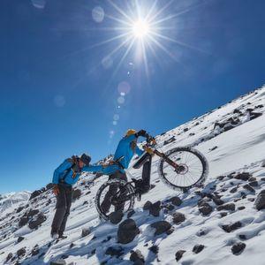 Mit dem E-Bike auf den höchsten Vulkan der Erde