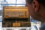 Ein Mann betrachtet am 23.02.2017 in Braunschweig (Niedersachsen) einen vergoldeten Commodore 64 Heimcomputer.