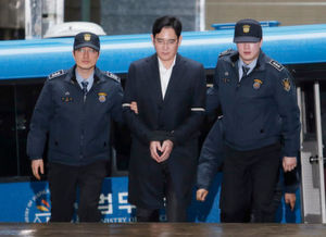 Polizisten führen den Konzernerben von Samsung, Lee Jae-yong, zum Büro des Sonderermittlers. Dem inhaftierten Erben des Samsung-Imperiums soll in Südkorea wegen Korruption und anderer Vorwürfe der Prozess gemacht werden.