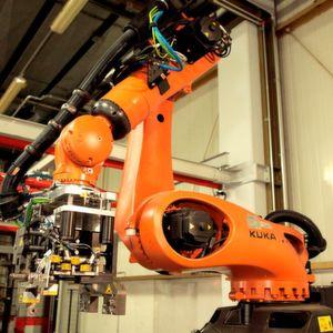 Zusammenarbeit zwischen Mensch und Roboter in der Qualitätssicherung