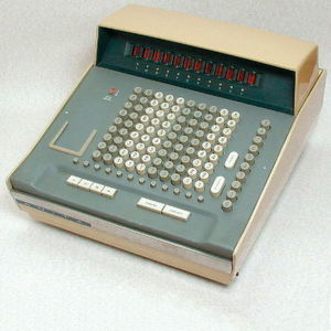 Nicht von Texas Instruments: Der 1961 veröffentlichte Tischrechner ANITA der Bell Punch Co. gilt als der erste voll-elektrische Tischrechner. Das für seine Zeit fortschrittliche Gerät wurde mit Hilfe von Vakuumröhren betrieben und wog stattliche 15 Kilogramm.