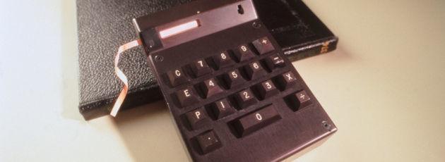 Der im März 1967 fertiggestellte Cal Tech von Texas Instruments war der erste Taschenrechner der Welt. Selber verkaufen wollte das Unternehmen das Gerät allerdings nicht. Statt dessen sollte es anderen Herstellern als Anreiz dienen, selbst Produkte auf Basis von integrierten Schaltkreisen zu fertigen. Das Mikrochip-Zeitalter hatte offiziell begonnen.