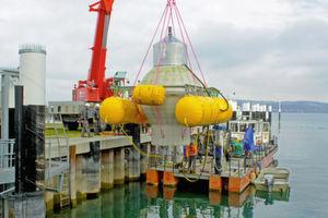 Anfang November 2016 startete das Fraunhofer-Institut IWES aus Kassel die erste Testphase des neuartigen Pumpspeicherkraftwerks auf dem Grund des Bodensees. Dazu wurde diese 20 Tonnen schwere Hohlkugel im Bodensee versenkt.