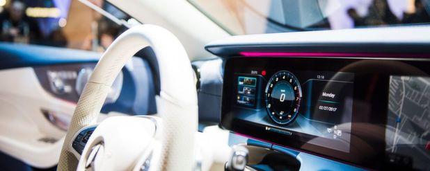 Die Automobilhersteller entdecken den Mobile World Congress in Barcelona für sich – IT-Unternehmen wollen sich ihr Stück vom Auto-Kuchen sichern.