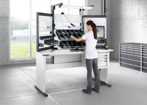 Avero-Einzelarbeitsplatz mit Beleuchtung und stufenlos verstellbaren Ablagen für ergonomisch günstiges Arbeiten.