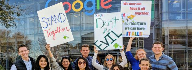 Google-Mitarbeiter demonstrieren am 30.01.2017 in Mountain View (USA) gegen Donald Trumps Einreisepolitik. 130 bekannte amerikanische Tech-Marken, darunter Apple, Facebook, Microsoft, Google und Uber, haben gemeinsam offen Stellung gegen die Politik des amtierenden US-Präsidenten bezogen.