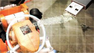 Damit auch mittelständische Unternehmen Industrie-4.0-fähig werden, soll der Plug-and-Work-Cube des Fraunhofer IOSB existierende Maschinen in moderne Fertigungsanlagen integrieren.