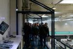Von der Galerie aus beobachten die Azubis die Produktion von Mainboards.