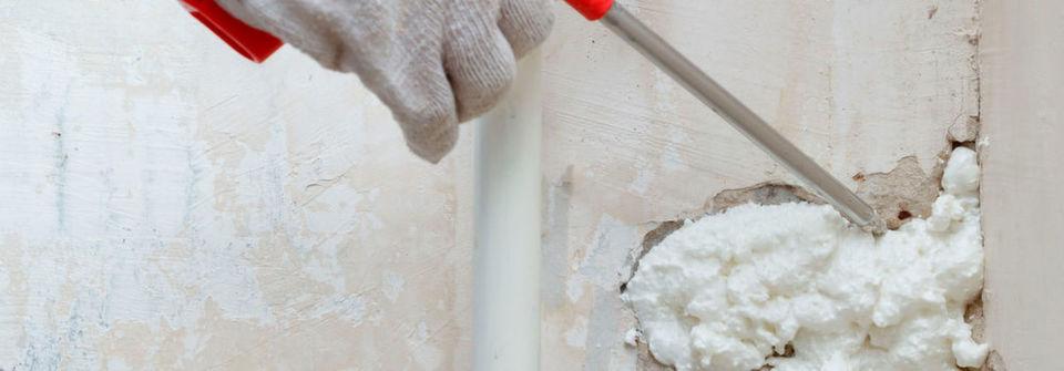 Bei Renovierungsarbeiten rund ums Haus kommt häufig Polyurethan (PU) in Form von Sprühschaum zum Einsatz.