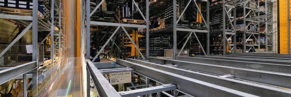Rund 9000 Gitterboxen und Europaletten finden im fünfgassigen Hochregallager Platz.