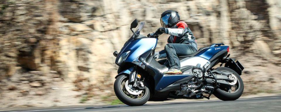 Den T-Max gibt es in drei Ausstattungsstufen: Die Basis für 11.495 Euro, den SX für 12.295 Euro und das Spitzenmodell DX für 13.195 Euro.