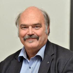 Dr. Engelbert Schramm ist Mitbegründer des ISOE – Institut für sozial-ökologische Forschung in Frankfurt am Main und seit April 2014 Mitglied der Institutsleitung. Bis März 2014 leitete er den Forschungsschwerpunkt Wasserinfrastruktur und Risikoanalysen an dem Institut, das zu den führenden unabhängigen Instituten der Nachhaltigkeitsforschung gehört.