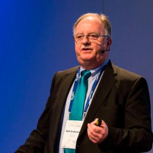 Ralf Anderseck, Geschäftsführer der TWI GmbH, beschreibt auf dem Leichtbau-Gipfel 2017 die Chancen für Magnesium-Komponenten in der Automobilindustrie.