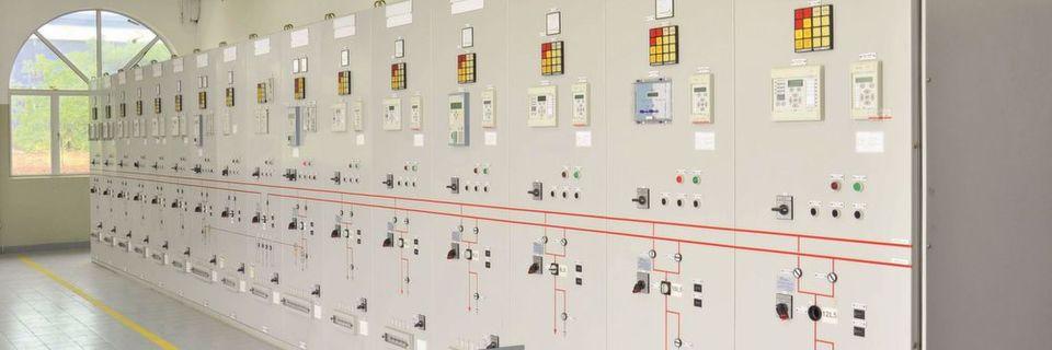 Durchführungsklemmen für Netzschutz-Relais in Push-in-Anschlusstechnik sorgen für eine effiziente Verdrahtung und einen schnellen Aufbau.