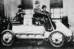 Der Lohner-Porsche-Rennwagen von 1900: Vier Radnabenmotoren mit etwa 1,8 kW machten ihn zum ersten allradgetriebenen Fahrzeug. Der 44-zellige Akkumulator mit 300 Ah und 80 V erlaubte eine Fahrstrecke von 50 km pro Batterieladung, die maximale Geschwindigkeit betrug 50 km/h.