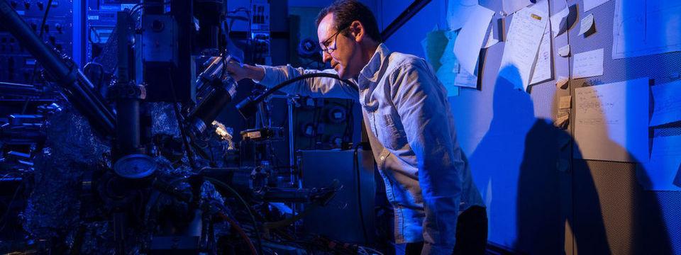 Kein Erfolg ohne genaueste Beobachtung: Christopher Lutz von IBM Research in Almaden, San Jose, steht vor dem Nobel-Preis-Mikroskop von IBM, das auch benutzt wurde, um das Speichern auf einem einzelnen magnetischen Atom zu ermöglichen.