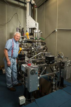 Der Mechaniker des IBM-Rastertunnelmikroskops, Bruce Melior, vor der jüngsten Variante des Forschungsgeräts. Mit dessen Hilfe konnten die Forscher in Almaden nachweisen, dass es eines Tages möglich sein wird, alle 35 Millionen Songs der iTunes-Bibliothek auf einem Device in Checkkartengröße zu speichern.