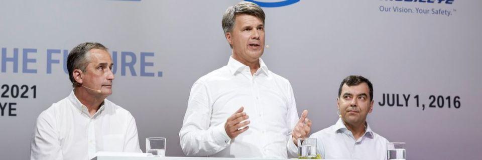 Schon im Jahr 2016 zeigten sich Brian Krzanich (li.), Vorstandsvorsitzender von Intel, und Amnon Shashua (re.), Mobileye-Mitbegründer, als enge Partner (im Bild zusammen mit Harald Krüger, Vorstandsvorsitzender BMW AG). Nun übernimmt Intel das israelische Start-up.