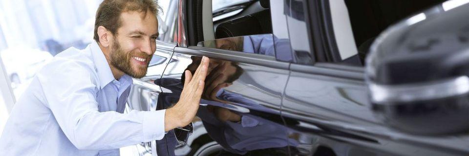 Die Lichtschnittsensoren von Baumer eignen sich für die Kontrolle metallischer, glänzender Formteile. Sie kontrollieren beispielsweise die korrekte Form der Autotür.