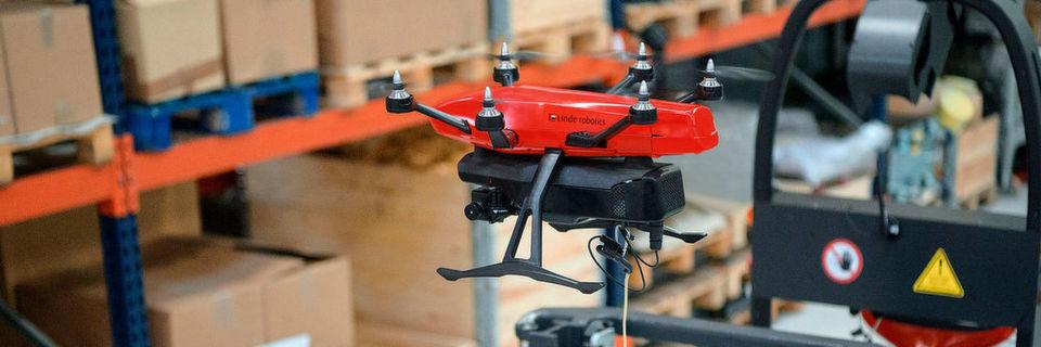 """Die """"Flybox"""" wird bei ihrem Inventureinsatz von einem Linde L-Matic geführt. Drohne und Robotikgerät sind über einen Spannungswandler sowie ein sich selbst justierendes Kabel miteinander verbunden."""
