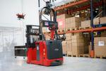 Linde-MH stellt den Prototyp seiner Inventurdrohne auf der Logimat erstmals vor. Durch die Kopplung der Drohne mit einem automatisierten Hochhubwagen soll die dauerhafte Energieversorgung und Ortung in der Halle garantiert sein.