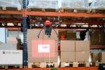 Die Drohne macht von jedem Palettenstellplatz ein Foto, erfasst die Barcodes der gelagerten Waren und überträgt die Informationen an einen Computer.