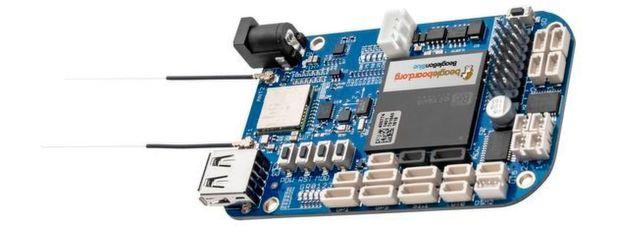 Das in Blau gehaltene Board BeagleBone Blue eignet sich aufgrund seiner umfangreichen Netzwerkeigenschaften für die Steuerung von Robotern.