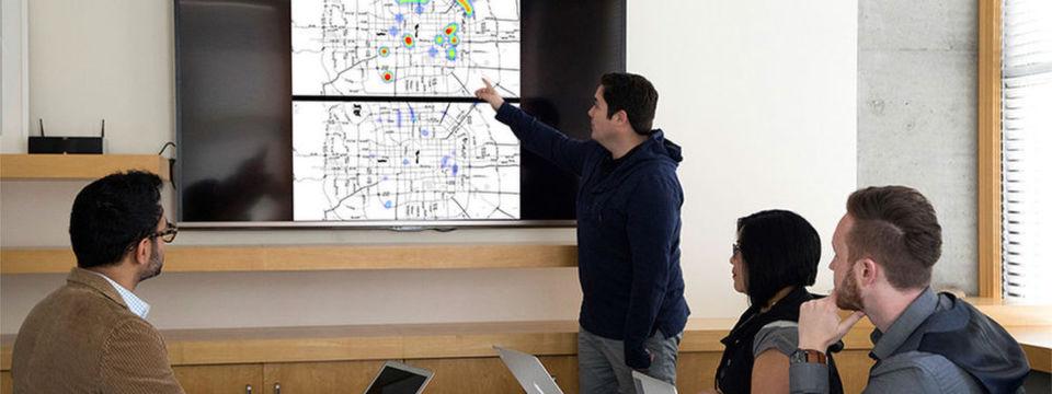 Die VW-Spezialisten vom Volkswagen Code Lab in San Francisco sitzen an dem Entwurf für das Quantencomputer-Projekt zur Verkehrsflussoptimierung.