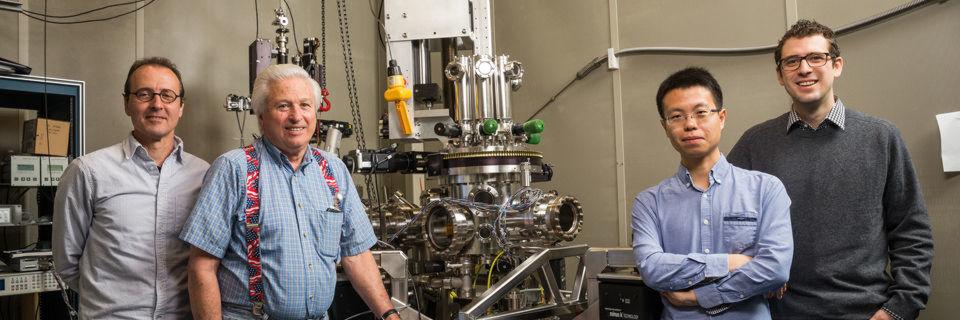 Chris Lutz (links) war federführend bei der Entwicklung des kleinsten Magnetspeichers der Welt.