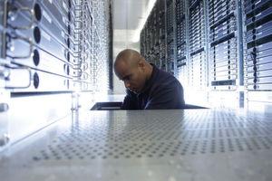 Ein Strato-Mitarbeiter bei Wartungsarbeiten im Doppelboden des Rechenzentrums.