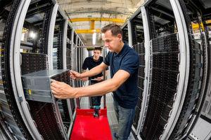 """Ein Strato-Mitarbeiter setzt eine Daten-Node des Online-Speichers """"HiDrive"""" in einen Server-Schrank ein."""