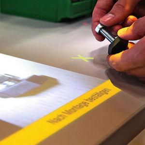 Schritt für Schritt: Bilder und Videos aller Montageschritte werden auf die Arbeitsfläche des intelligenten Montageplatzes projiziert, den Miele gemeinsam mit dem Fraunhofer-Anwendungszentrum für industrielle Automation IOSB-INA entwickelt hat.