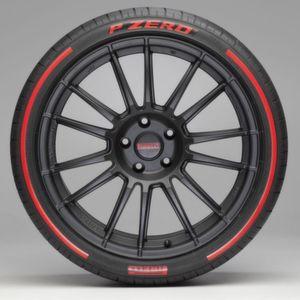 Bringt Farbe ins Spiel: Pirelli P Zero mit Streifen.