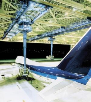 Besondere Fertigungs- oder Serviceprozesse erfordern individuelle Lösungen: Eine Krananlage ermöglicht den all- seitigen Zugang zu den Wartungspunkten eines Jumbo-Jets.Bild: Demag Cranes & Components
