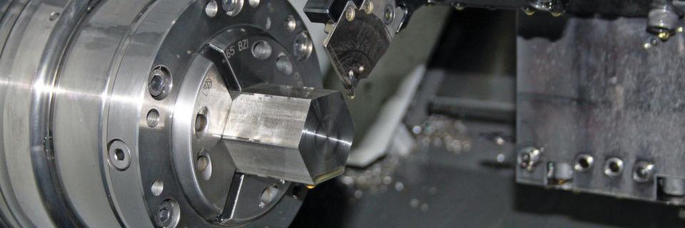 """Die Tebit Präzisionstechnik GmbH hat für das Präzisions-Abstechen einer Profilstange aus Edelstahl ein """"Überkopf""""-arbeitendes Abstechsystem von Iscar im Einsatz."""