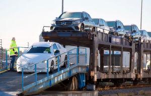 Je nach Ladefaktor entspricht ein Ganzzug nach Düsseldorf mit 250 Pkw etwa 35 Lkw-Ladungen.