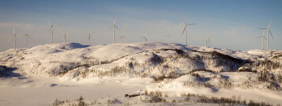 Windkraftanlagen erzeugen erneuerbare Energie im kalten Klima Nordschwedens – ein attraktiver Standort für Rechenzentren.