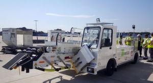 Erster Einsatz am Flieger: Team und Testmodell am Flughafen Köln/Bonn.