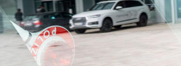 Die Staatsanwaltschaft München hat im Zuge eines Ermittlungsverfahrens gegen Unbekannt Durchsuchungen bei Audi-Standorten in Ingolstadt und Neckarsulm, in Wolfsburg und auch in einigen privaten Wohnungen veranlasst. Ziel der Ermittlungen ist, herauszufinden, wer an der manipulierten Abgas-Software und an den falschen Versprechen gegenüber den Autokäufern in den USA beim Konzern beteiligt war.
