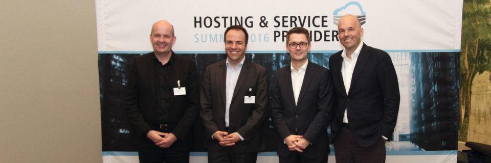 Auf dem HSP Summit 2017 werden erneut Hosting-VIPs im Mittelpunkt stehen. Patrick Pulvermüller (HEG, 2. v. l.) und Daniel Hagemeier (Dogado, 2. v. r.) werden auch in diesem Jahr teilnehmen. Im Bild zu sehen sind außerdem Rafael Laguna (Open-Xchange, l.) und Robert Hoffmann (1&1).