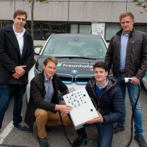 Das Studententeam der Hochschule Darmstadt mit ihrer neuen Interfacebox: Mit ihr wollen sie Ladevorgänge bei Elektrofahrzeugen nachvollziehen und analysieren.
