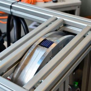 Versuchsaufbau an der Hochschule Münster: Auf einem Rad wird pro Untersuchung eine bestimmte Materialprobe befestigt. Sobald es sich zu drehen beginnt, kann die Probe mit bis zu 120 m/s mit einem Laser bestrahlt werden.