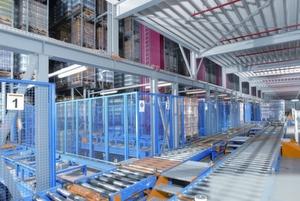 Die Fördertechnik führt die bestückten Paletten direkt von der Produktion zur Einlagerung ins Hochregallager. Bild: SSI Schäfer